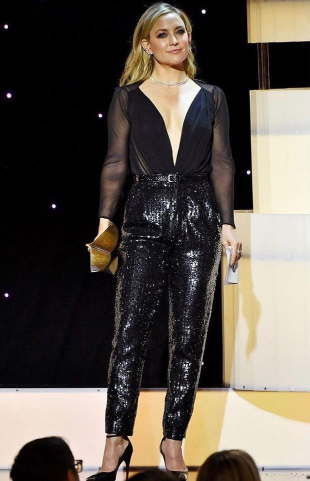 Голый верх, черный низ: Кейт Хадсен в костюме Saint Laurent (фото 1)