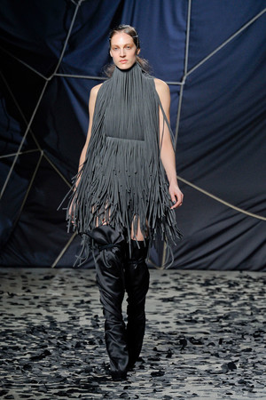 Показы мод Gareth Pugh Осень-зима 2012-2013   Подиум на ELLE - Подиум - фото 1458