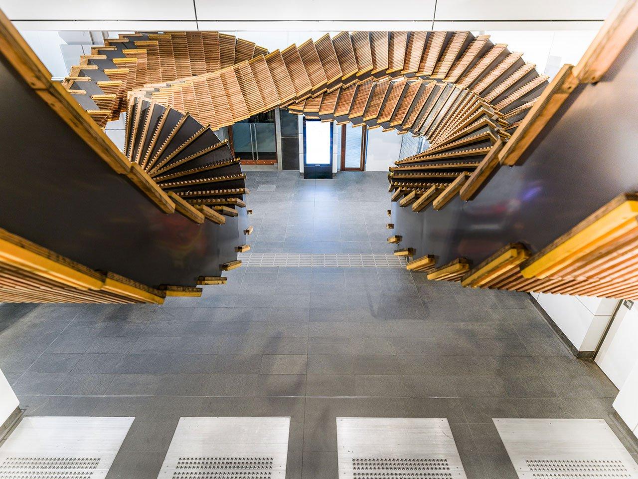 Скульптура из эскалаторной ленты