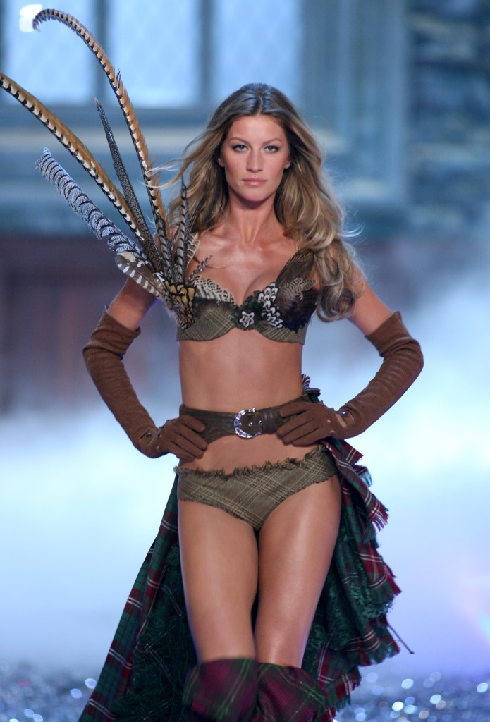 Жизель Бюндхен на показе Victoria's Secret