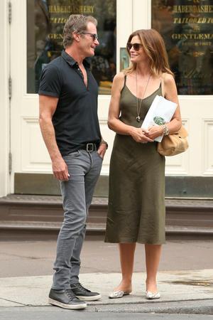 Романтика в большом городе: Синди Кроуфорд на прогулке с мужем (фото 1.1)