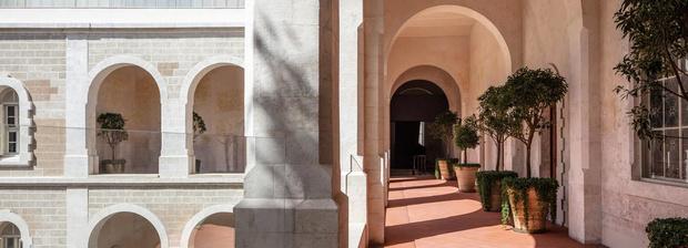 Отель в бывшем монастыре по дизайну Джона Поусона (фото 0)