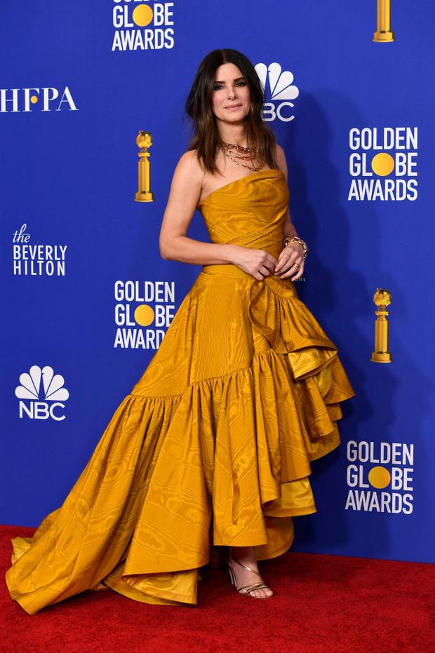 Минуя красную дорожку: неожиданное появление Сандры Буллок в медовом кутюрном платье (фото 4)