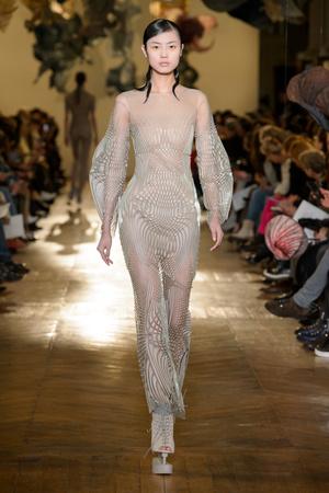 Показ Iris van Herpen коллекции сезона Весна-лето 2018 года Haute couture - www.elle.ru - Подиум - фото 672551