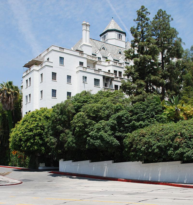 Отель ChÁteau Marmont в Лос-АнДжелесе Идеальное место для воскресных бранчей. Что касается интерьера, это тот случай, когда старомодное непринужденно соседствует с очень модным. 8221 Sunset Blvd, West Hollywood, CA 90046.