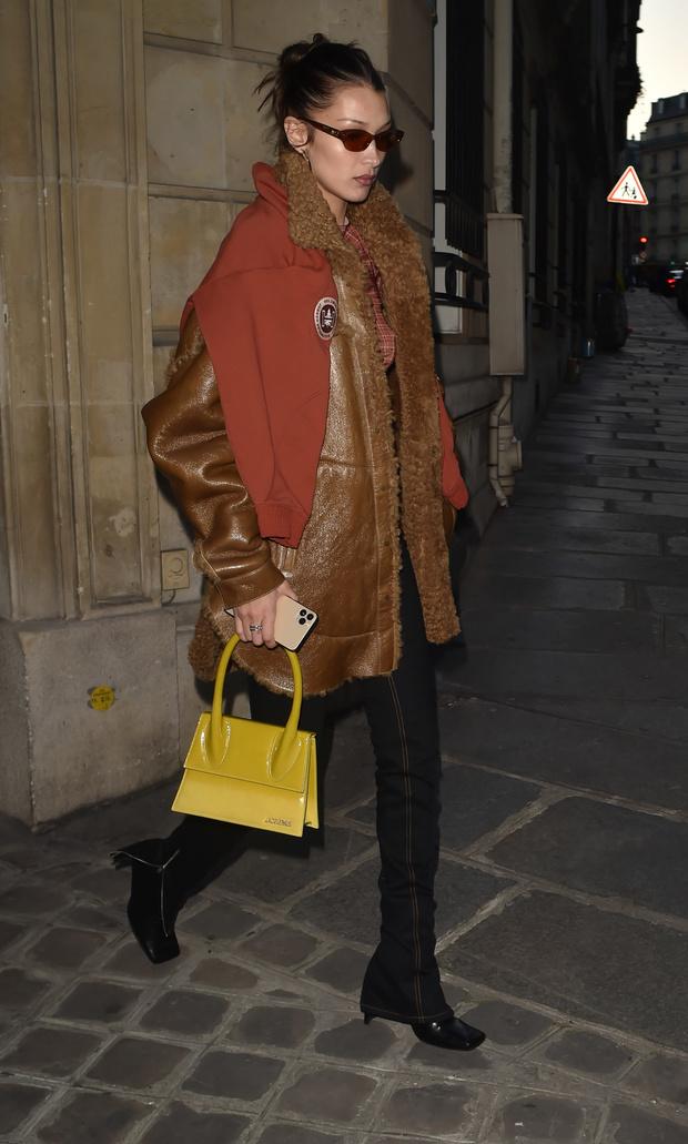 Толстовка вместо шарфа + непривычно большая сумка Jacquemus: Белла Хадид в Париже (фото 1)