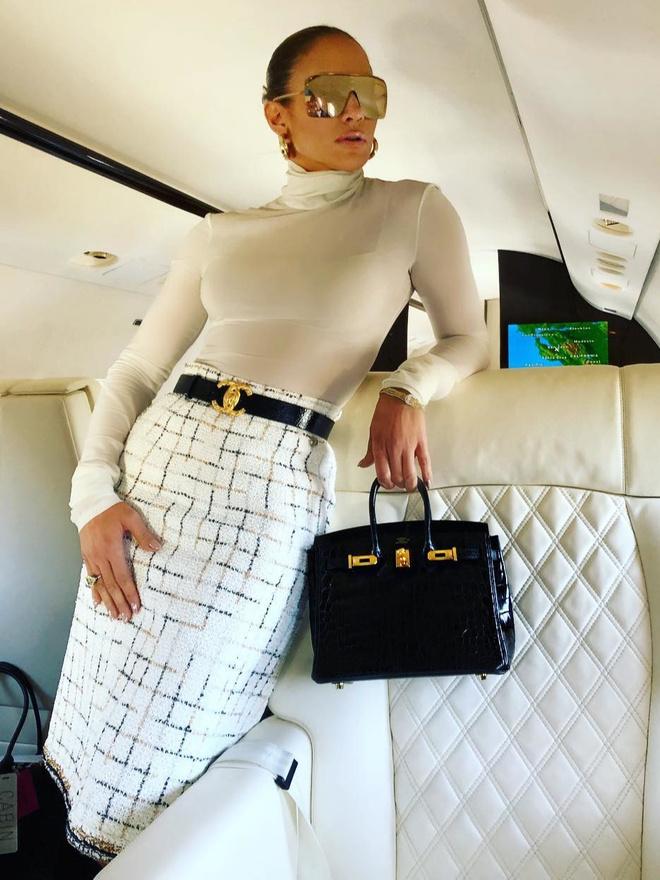 Юбка-карандаш и водолазка: Джей Ло демонстрирует образ бизнес-леди (фото 1)