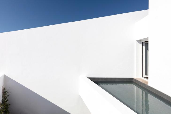Белоснежная вилла на Санторини от Kapsimalis Architects (фото 14)