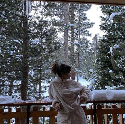 Уютное Рождество: Селена Гомес отдыхает с семьей в горах (галерея 1, фото 2)