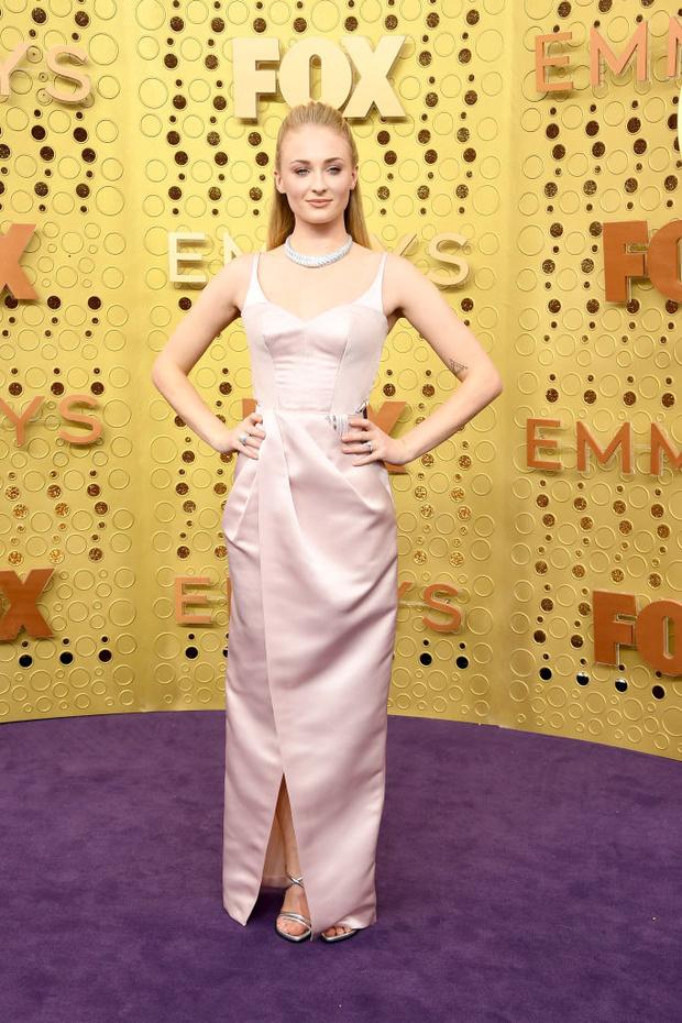 В оттенке нежности: обворожительная Софи Тернер в платье Louis Vuitton (фото 1)