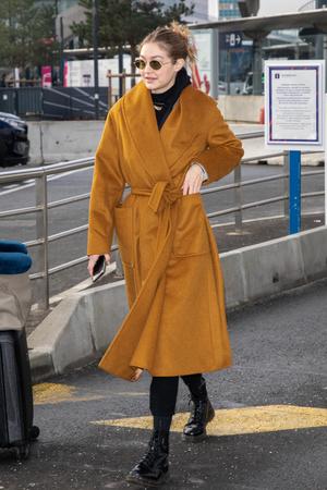 Многослойность и базовые цвета: Джиджи Хадид в аэропорту (фото 1.2)