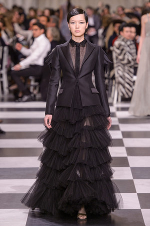 Показ Dior Haute Couture коллекции сезона Весна-лето 2018 года Haute couture - www.elle.ru - Подиум - фото 673271