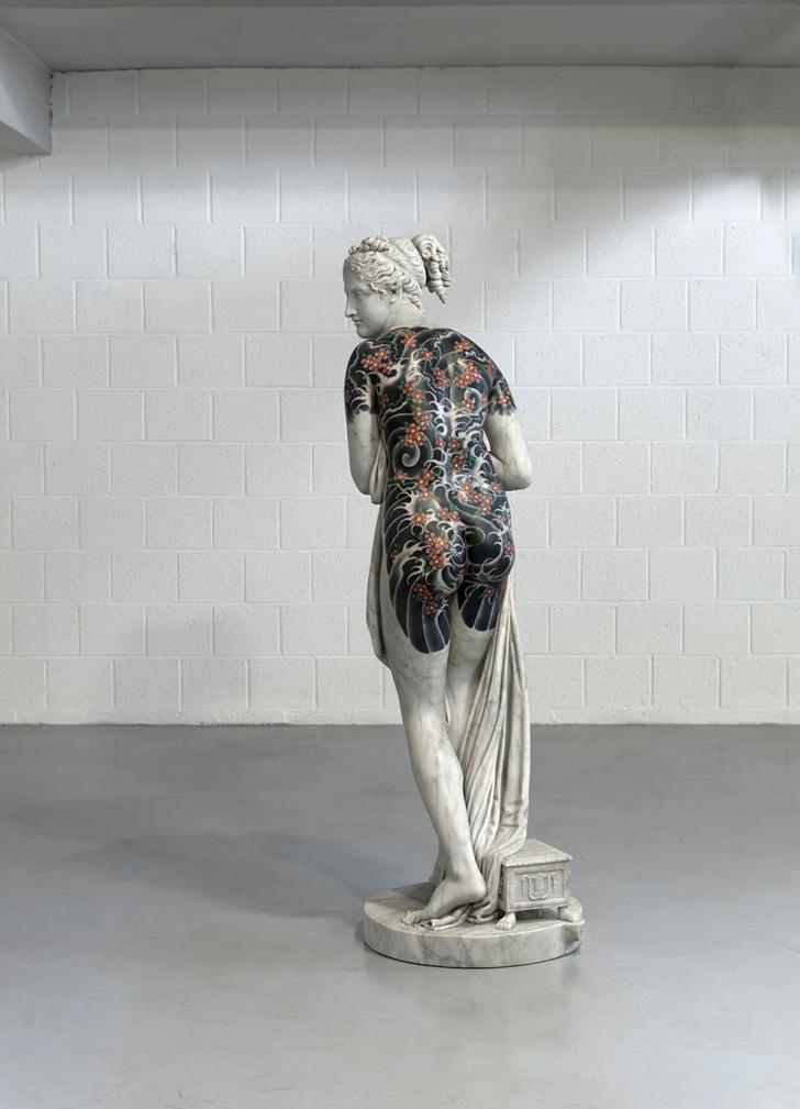 Художник Фабио Виале наносит татуировки на мраморные скульптуры (фото 4)