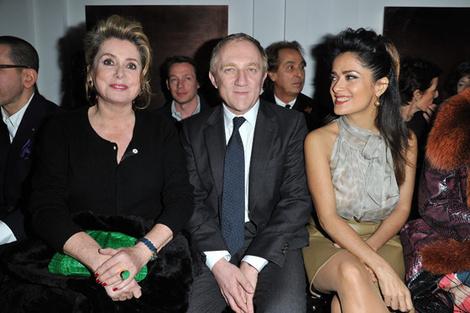 Катрин Денев, Франсуа-Анри Пино и Сальма Хайек на показе Yves Saint-Laurent