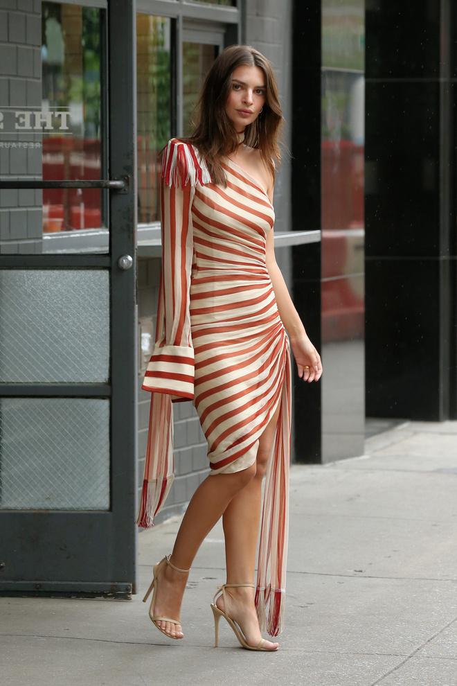 Паралельні прямі: Емілі Емілі Ратажковскі в асиметричному плаття Monse (фото 0)