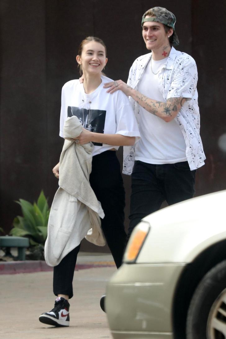 А что думает возлюбленная? Пресли Гербер гуляет с незнакомой девушкой (фото 2)