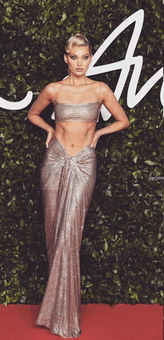 Тысяча сверкающих кристаллов и голый пресс: Эльза Хоск на Fashion Awards 2019 (фото 1)