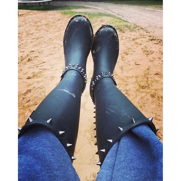 На лабутенах нах и в @хуительных штанах ! Кому они нужны в такую погоду ? - резинки круче и надежнее .Суровые будни в Шотландии - это дождь , солнце , болото , дождь, лужи! Только хард кор