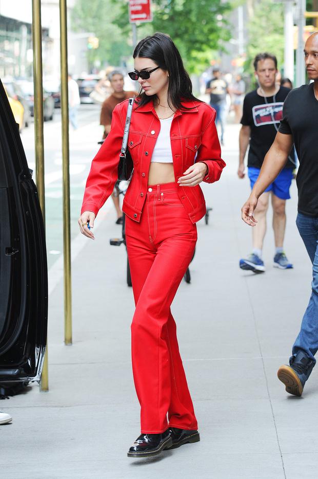 Носите красную джинсу как Кендалл Дженнер — с ног до головы (фото 2)