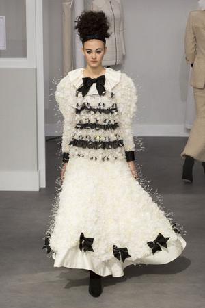 Показ Chanel коллекции сезона Осень-зима 2016-2017 года haute couture - www.elle.ru - Подиум - фото 607044