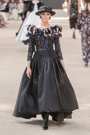 Показ Chanel коллекции сезона Осень-зима 2017-2018 года Haute couture - www.elle.ru - Подиум - фото 624069