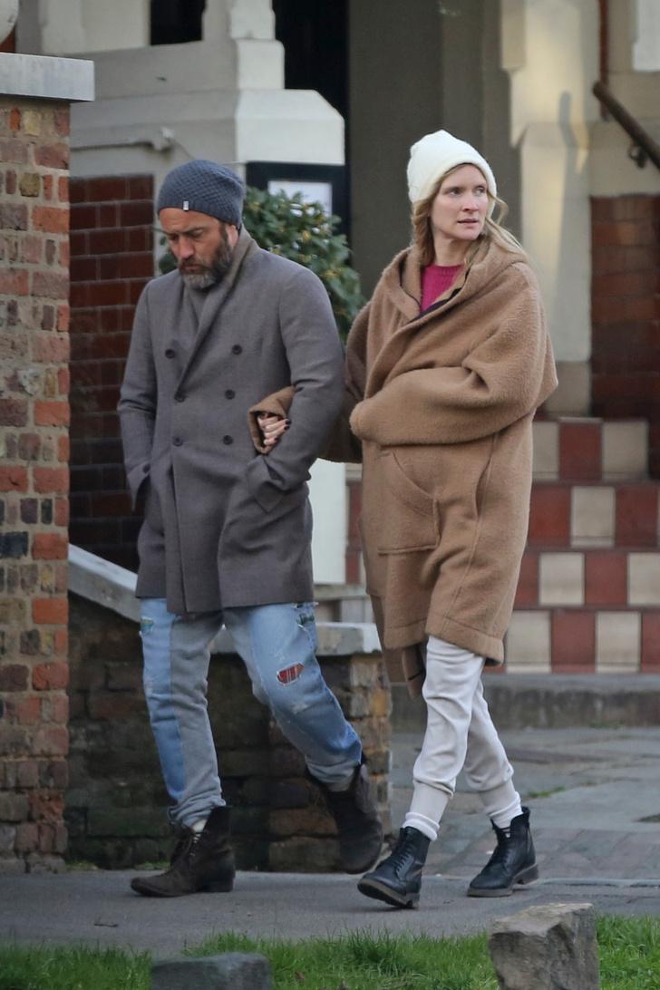 Задумчивый и очень стильный: Джуд Лоу на прогулке с женой (фото 1)