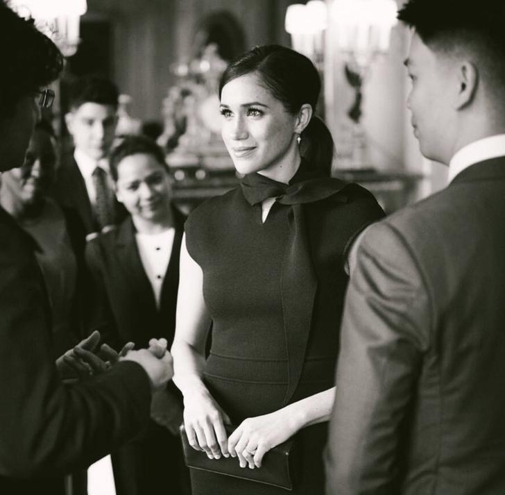 Черное платье-футляр: прощальный образ Меган Маркл (фото 1)