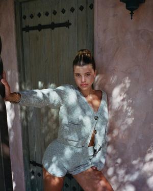 Носите дома вязаный костюм с шортами, как София Ричи (фото 0.2)