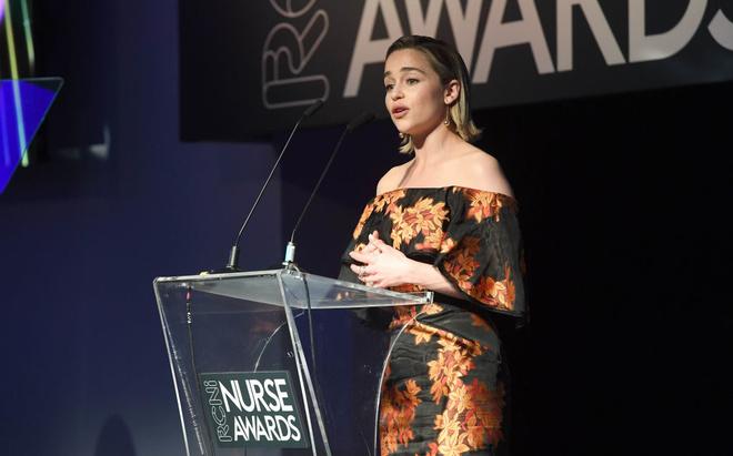 Королева цветов: Эмилия Кларк на премии в Лондоне (фото 2)