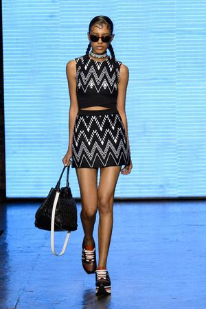 Показ DKNY коллекции сезона Весна-лето 2015 года prêt-à-porter - www.elle.ru - Подиум - фото 586039