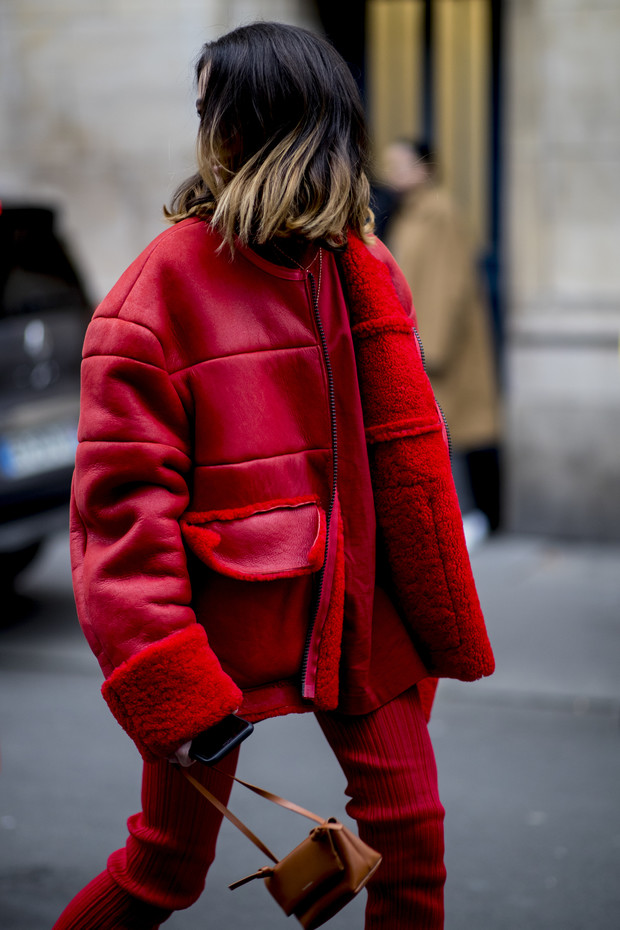 Красные куртки против желтых жилетов: стритстайл на Неделе мужской моды в Париже (фото 8)