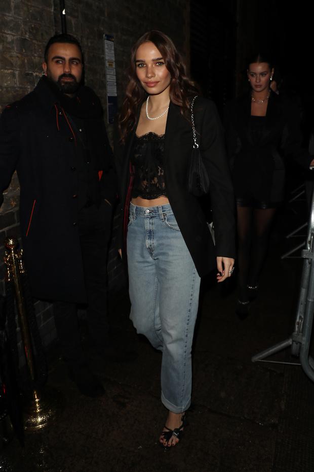 Кружевной корсет на голое тело + модные джинсы: Хана Кросс в Лондоне (фото 1)