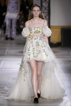 Показ Giambattista Valli коллекции сезона Весна-лето 2018 года Haute couture - www.elle.ru - Подиум - фото 671851