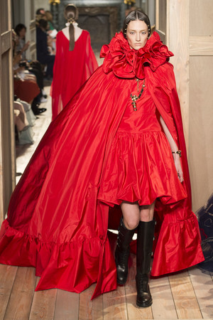 Показ Valentino коллекции сезона Осень-зима 2016-2017 года haute couture - www.elle.ru - Подиум - фото 607388