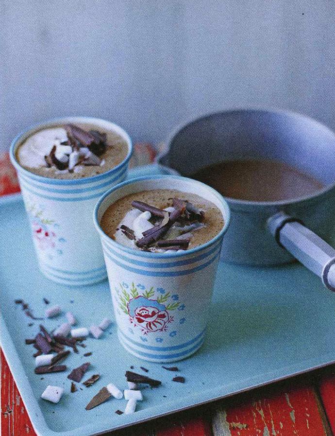 Горячий шоколад с миндальным молоком и амаретто