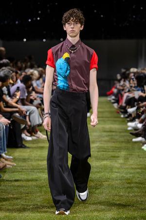 Показ Dior Homme коллекции сезона Весна-лето 2018 года Men prêt-à-porter - www.elle.ru - Подиум - фото 623612