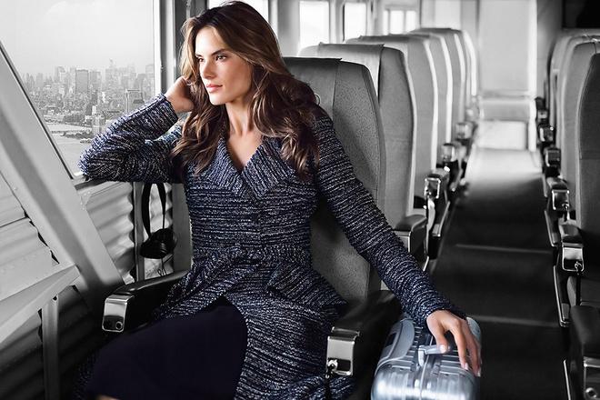 Алессандра Амбросио в пальто в самолете
