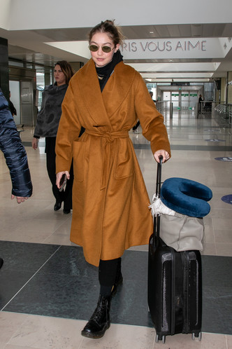 Многослойность и базовые цвета: Джиджи Хадид в аэропорту (фото 1.1)