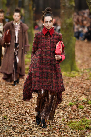 Показ Chanel коллекции сезона осень-зима  2018-2019 года Prêt-à-porter - www.elle.ru - Подиум - фото 716111
