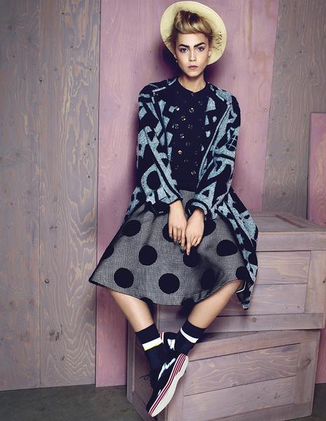 Пальто из кашемира и шерсти, Burberry Prorsum; пуловер из шерсти, декорированный металлом, Moschino; юбка из шерсти и вискозы, Rochas; туфли из кожи, Church's; носки, Marni