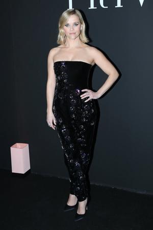 Lady in black: Риз Уизерспун в идеальном комбинезоне на показе Armani (фото 1.1)