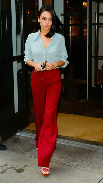 Макияж в тон брюкам и босоножки в горошек: Мила Кунис в Нью-Йорке (фото 3)