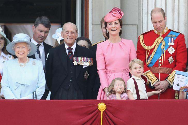 Королева Елизавета II, принц Филипп, Кейт Миддлтон, принц Уильям, принцесса Шарлотта и принц Георг