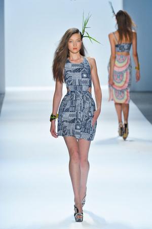 Показы мод Mara Hoffman Весна-лето 2013 | Подиум на ELLE - Подиум - фото 1295