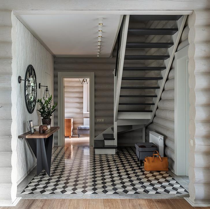 Лестничный холл на первом этаже. Консоль, Cattelan Italia. Зеркало и бра, MHLIVING. Светильники, Vibia. Плитка, Marmocer.