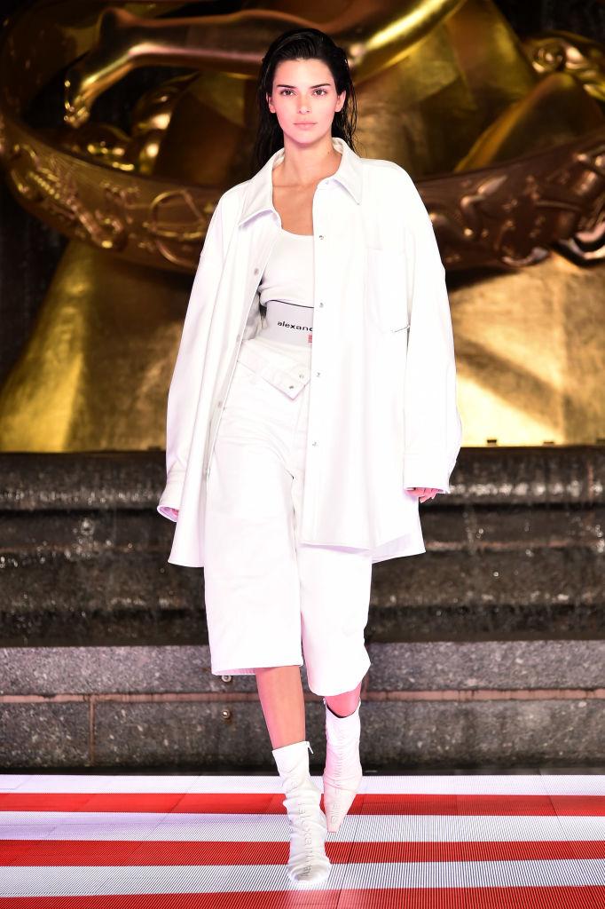 Джинсовые юбки и шорты Alexander Wang «от бедра», которые свели с ума всех моделей (фото 5)