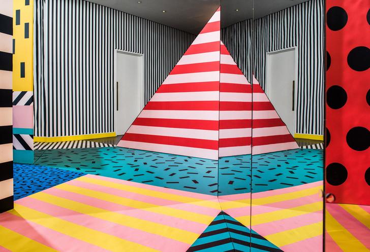 Цветной лабиринт в лондонской Now Gallery