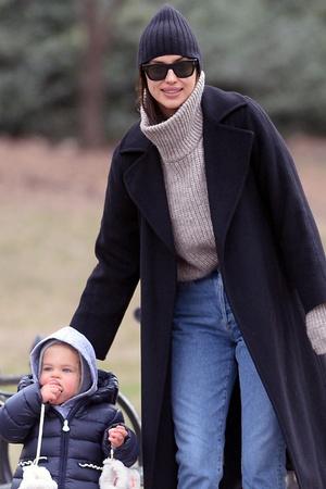 Идеальная мама: Ирина Шейк с дочерью в Центральном парке (фото 2.2)