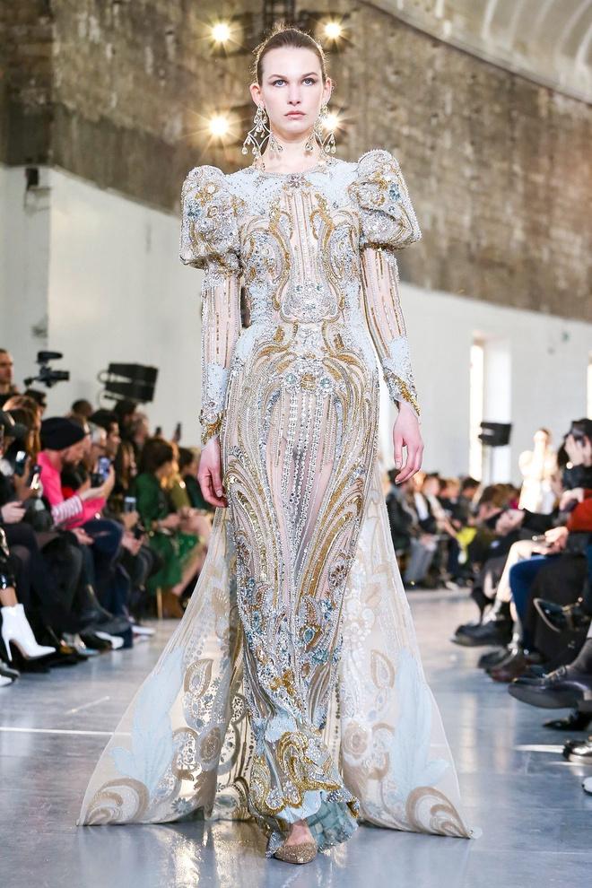 Вырезы в форме галстука и сотни тысяч кристаллов: Elie Saab Haute Couture 2020 (фото 32.1)