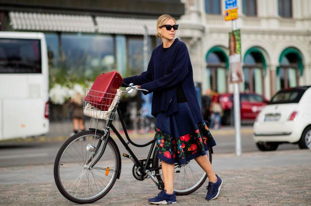 В платье на велосипеде: шведки задают тренд (фото 1)